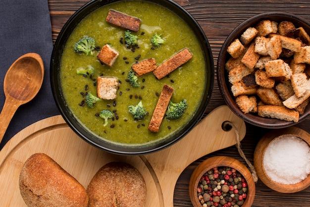 Bovenaanzicht van kom met winterbroccolisoep en croutons Gratis Foto
