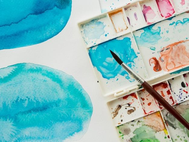 Bovenaanzicht van kwast met kleuren Gratis Foto