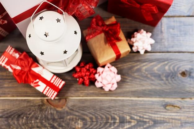 Bovenaanzicht van lantaarn met geschenkdozen Gratis Foto