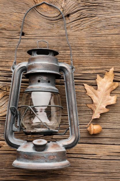 Bovenaanzicht van lantaarn met herfstbladeren Gratis Foto