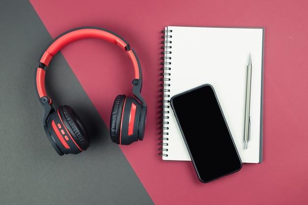 Bovenaanzicht van laptop met pen smartphone en hoofdtelefoon Premium Foto