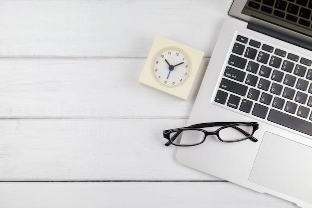 Bovenaanzicht van laptop op witte houten tafel Premium Foto