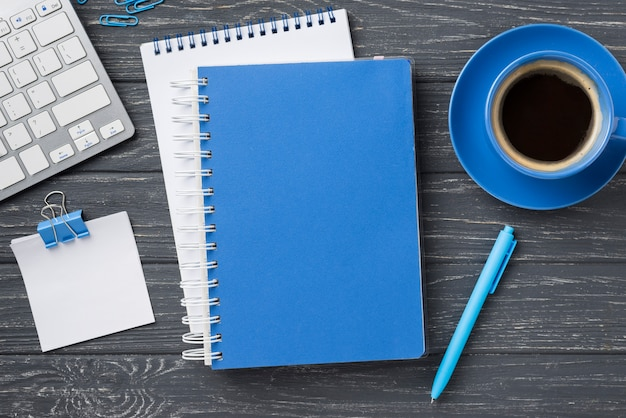 Bovenaanzicht van laptops op houten bureau en koffiekopje Gratis Foto