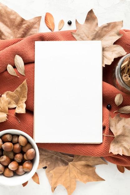 Bovenaanzicht van lege bordje met herfstbladeren en kastanjes Premium Foto