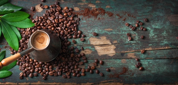 Bovenaanzicht van lekkere koffie met koffiebonen Gratis Foto
