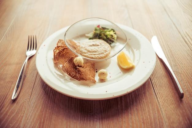 Bovenaanzicht van lichte schotel perfect voor lunch geserveerd. Premium Foto