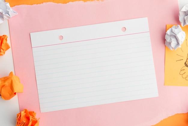 Bovenaanzicht van lijn papier op kaart papier met verfrommeld papier Gratis Foto
