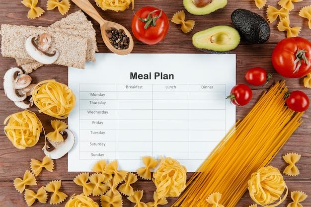 Bovenaanzicht van maaltijdplan met pasta en avocado Gratis Foto