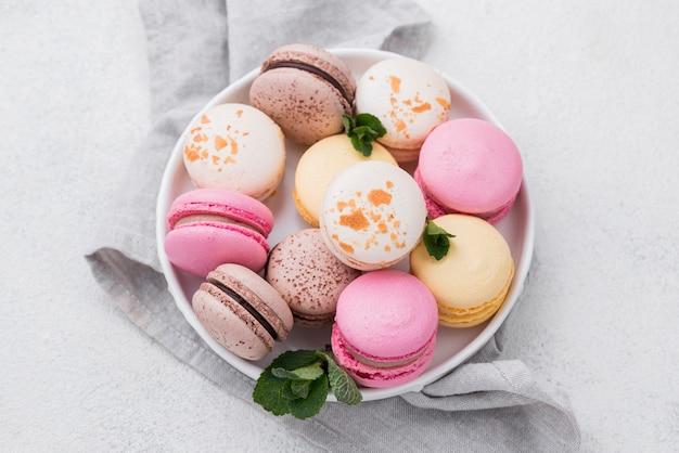 Bovenaanzicht van macarons in kom met munt Gratis Foto