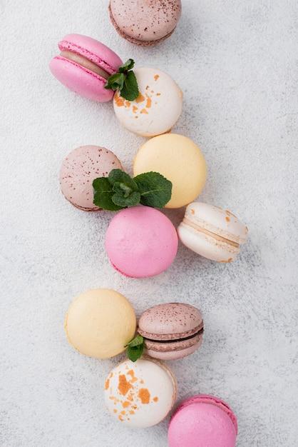 Bovenaanzicht van macarons met munt Gratis Foto