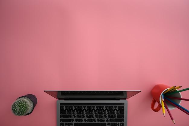Bovenaanzicht van man met laptop drukke werknemer close-up van creatieve ontwerper bureaublad met schone computer Premium Foto