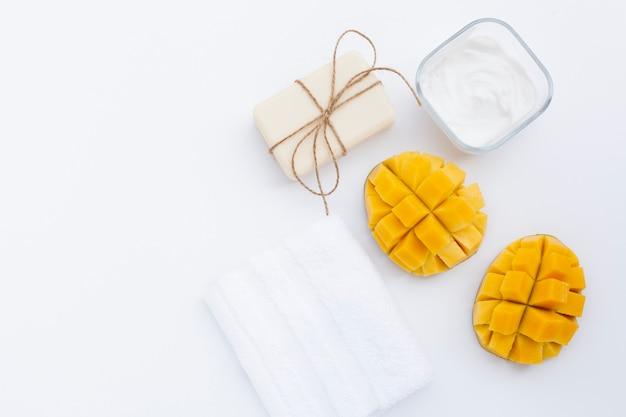 Bovenaanzicht van mango en body butter room en zeep Gratis Foto