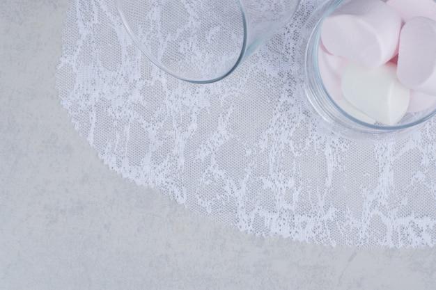 Bovenaanzicht van marshmallows in glazen pot. hoge kwaliteit foto Gratis Foto