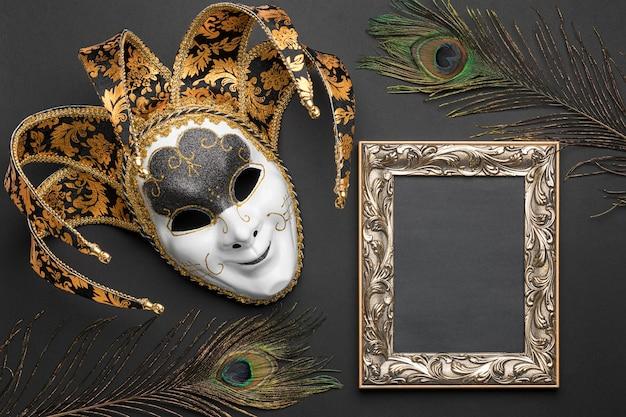 Bovenaanzicht van masker voor carnaval en frame met veren Gratis Foto