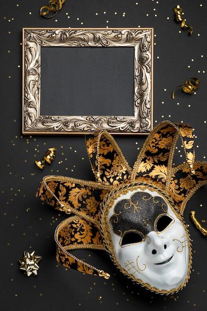 Bovenaanzicht van masker voor carnaval met frame en linten Gratis Foto