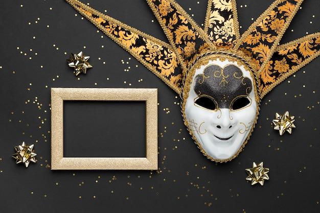 Bovenaanzicht van masker voor carnaval met frame en strikken Gratis Foto