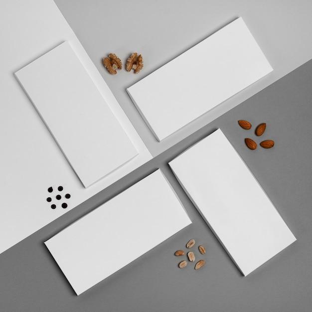 Bovenaanzicht van meerdere chocoladerepen verpakking met assortiment van noten Gratis Foto