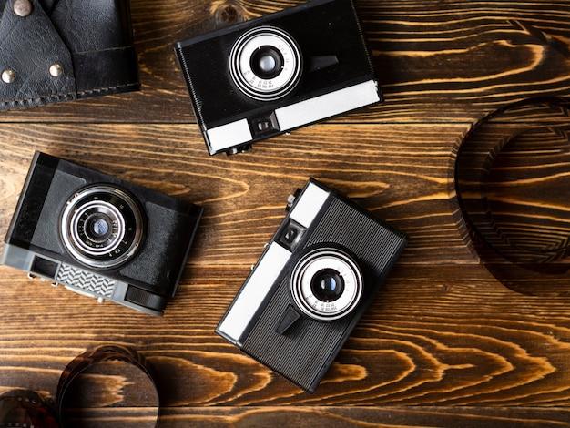 Bovenaanzicht van meerdere retro fotocamera's Gratis Foto
