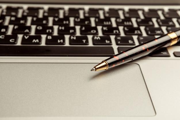 Bovenaanzicht van moderne laptop op houten bureau Premium Foto