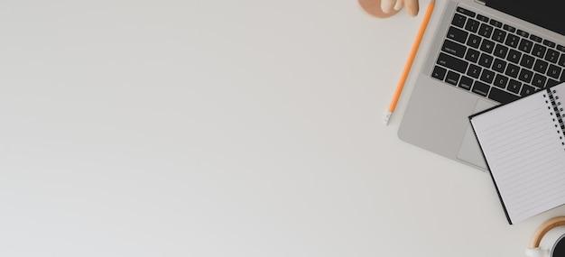 Bovenaanzicht van moderne werkruimte met laptop, kantoorbenodigdheden en koffiekopje Premium Foto