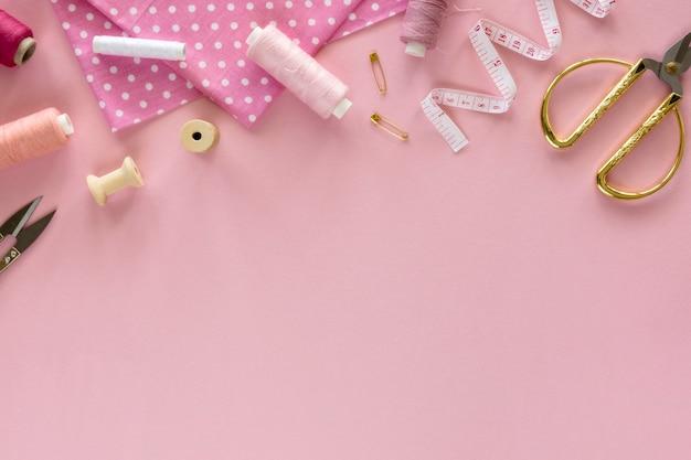 Bovenaanzicht van naaien essentials met meetlint en schaar Gratis Foto
