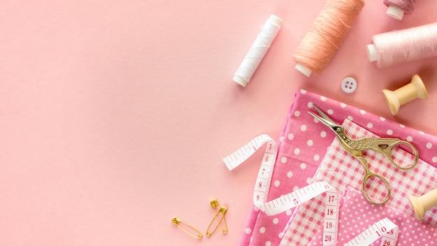 Bovenaanzicht van naaigerei met draad en knopen Gratis Foto