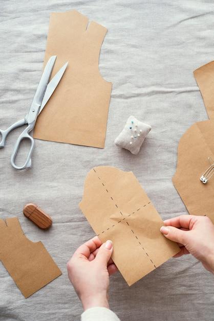 Bovenaanzicht van naaister met stof en schaar Gratis Foto