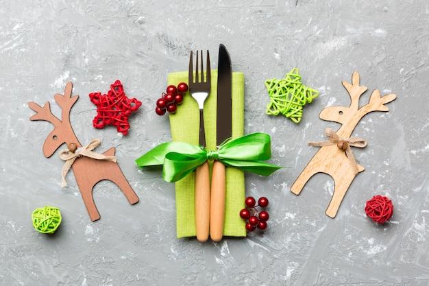 Bovenaanzicht van nieuwjaar gebruiksvoorwerpen op servet met vakantie decoraties en rendieren op cement, Premium Foto