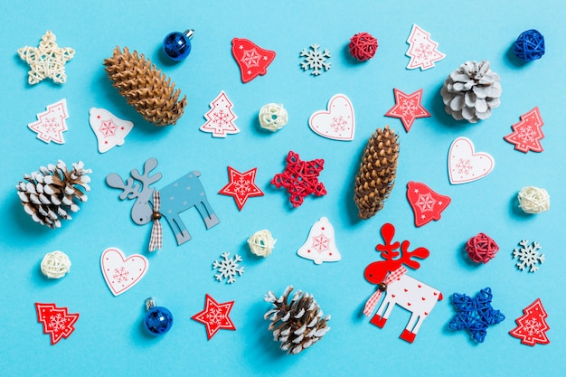 Bovenaanzicht van nieuwjaar speelgoed en decoraties op blauw. Premium Foto
