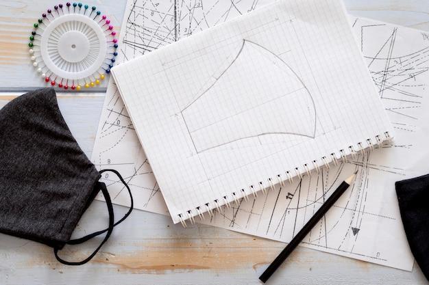 Bovenaanzicht van notebook met gezichtsmasker ontwerp Gratis Foto