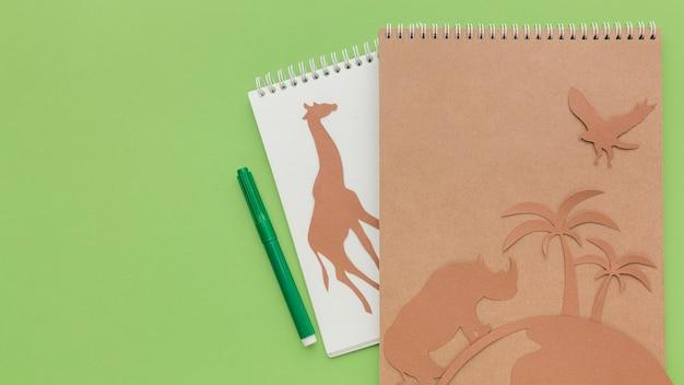 Bovenaanzicht van notebooks met papieren dieren en kopie ruimte voor dierendag Gratis Foto