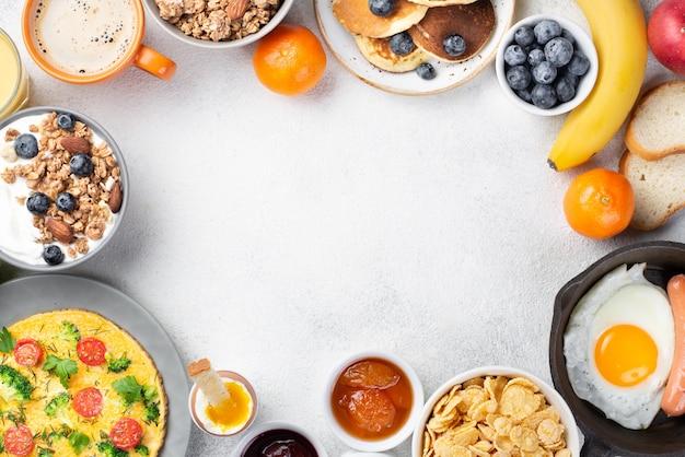 Bovenaanzicht van ontbijt eten met banaan en koffie Premium Foto
