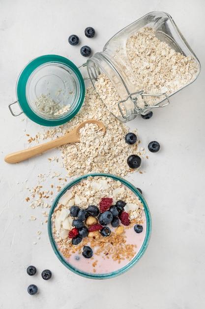 Bovenaanzicht van ontbijtgranen in kom, pot en fruit Gratis Foto