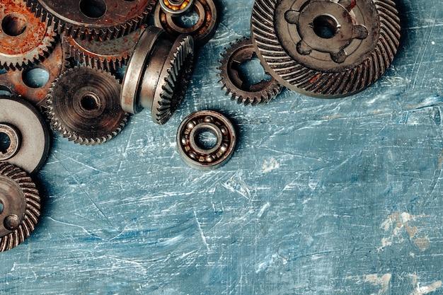 Bovenaanzicht van oude roestige auto-onderdelen Premium Foto