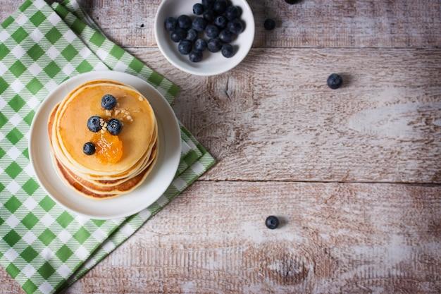 Bovenaanzicht van pannenkoeken met bosbessen Gratis Foto