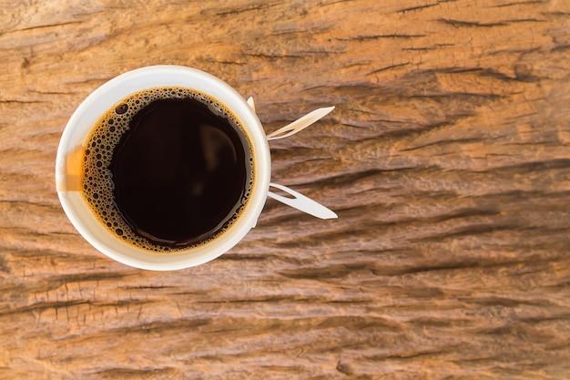 Bovenaanzicht van papieren kopje koffie op houten tafel Premium Foto