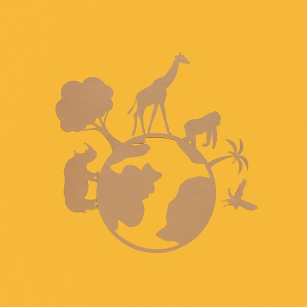 Bovenaanzicht van papieren planeet met papieren dieren voor dierendag Gratis Foto