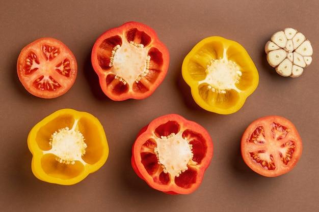 Bovenaanzicht van paprika met knoflook Gratis Foto