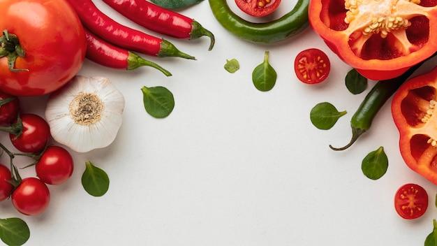 Bovenaanzicht van paprika met tomaten en knoflook Gratis Foto