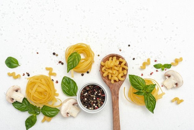 Bovenaanzicht van pasta en peper op effen achtergrond Gratis Foto