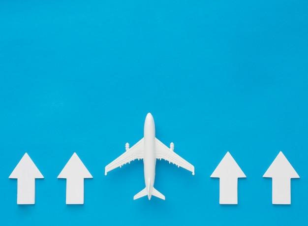 Bovenaanzicht van pijlen en vliegtuig die omhoog wijst Gratis Foto