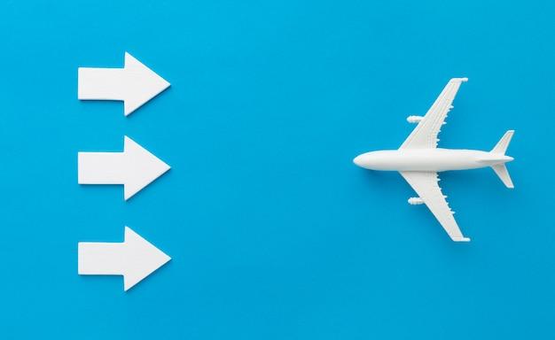 Bovenaanzicht van pijlen tegenover vliegtuig Gratis Foto