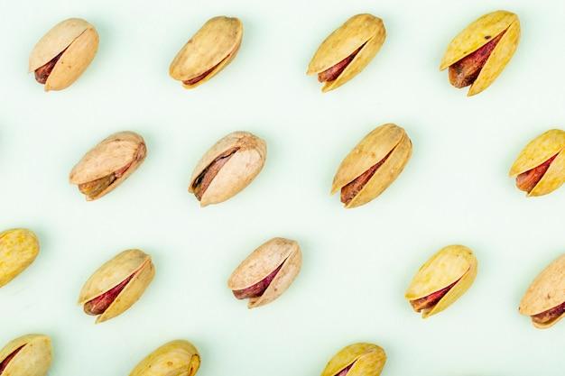 Bovenaanzicht van pistachenoten geïsoleerd op een witte achtergrond Gratis Foto