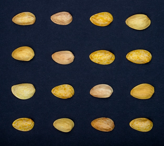 Bovenaanzicht van pistachenoten geïsoleerd op een zwarte achtergrond Gratis Foto