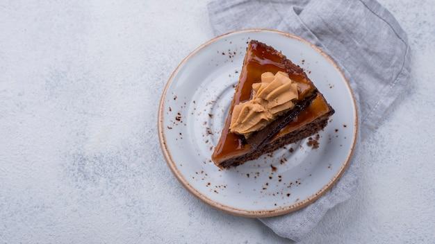 Bovenaanzicht van plaat met cake en kopie ruimte Gratis Foto