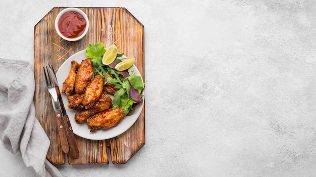 Bovenaanzicht van plaat met gebakken kip en kopieer de ruimte Premium Foto
