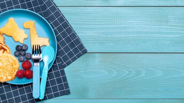 Bovenaanzicht van plaat met pannenkoeken voor babyvoeding en kopie ruimte Gratis Foto