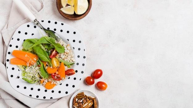 Bovenaanzicht van plaat met salade en andere gezonde voeding Gratis Foto