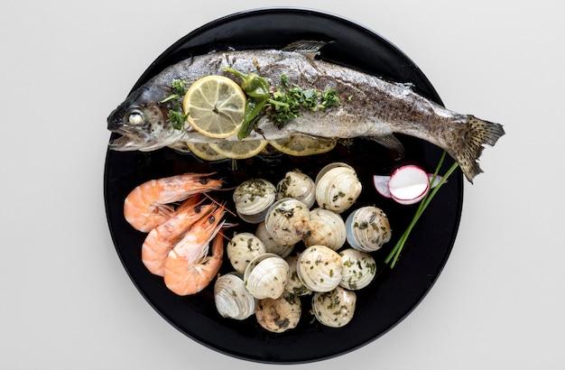 Bovenaanzicht van plaat met vis en garnalen Gratis Foto