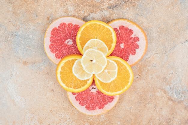 Bovenaanzicht van plakjes citroen, sinaasappel en grapefruit. hoge kwaliteit foto Gratis Foto
